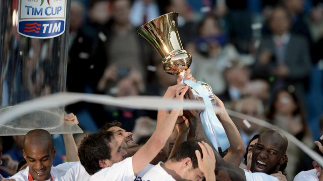Les joueurs de la Lazio brandissent la Coupe d'Italie, remporté face à la Roma, le 26 mai 2013 à Rome [Filippo Monteforte / AFP]