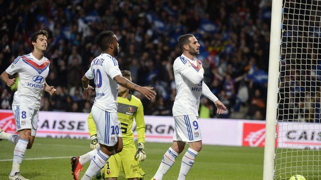 L'attaquant de Lyon Lisandro (d) après son penalty réussi contre Rennes, le 26 mai 2013 au stade de Gerland [Philippe Merle / AFP]