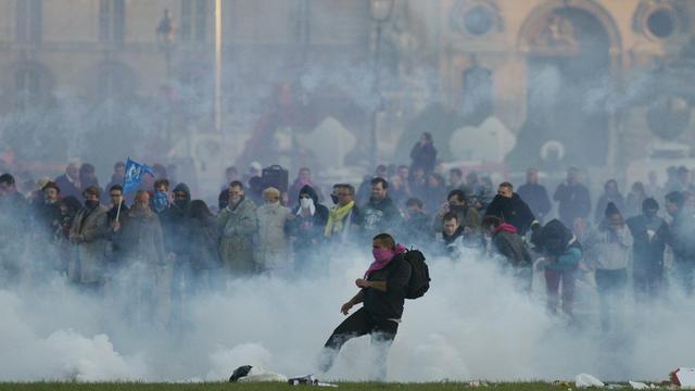 Des gaz lacrymogènes sont lancés sur des émeutiers en marge de la manifestation contre le mariage pour tous, le 26 mai 2013 à Paris [Fred Dufour / AFP]