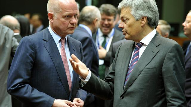 Le ministre des Affaires étrangères britannique William Hague (g) et son homologue belge Didier Reynders le 27 mai 2013 à Bruxelles, où se tient une réunion sur la Syrie [Georges Gobet / AFP]