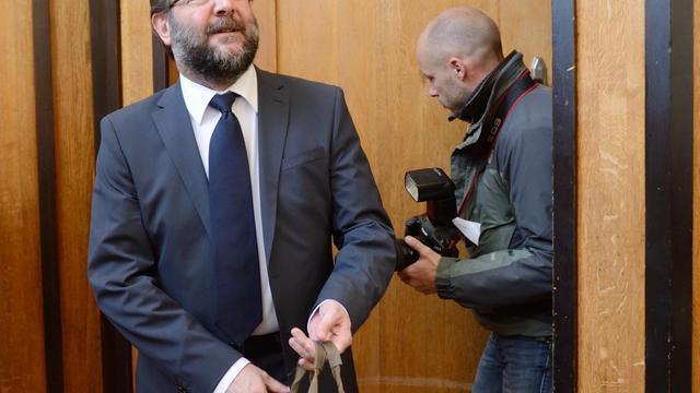 Gérard Dalongeville, ancien maire PS d'Hénin-Beaumont arrive, le 27 mai 2013, au tribunal de Béthune, où il est jugé pour détournement de fonds [Denis Charlet / AFP]