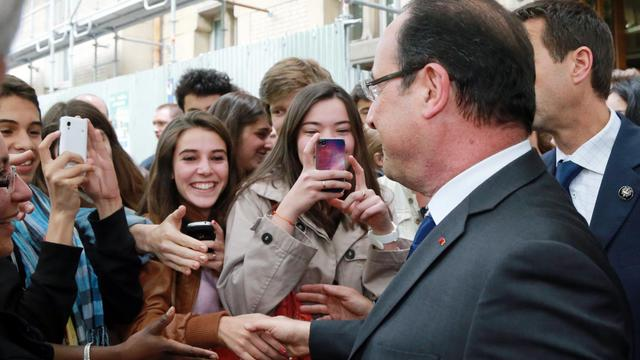 Le président François Hollande salue des élèves lors d'un déplacement au lycée Buffon, à Paris, le 27 mai 2013 [Pierre Verdy / AFP]