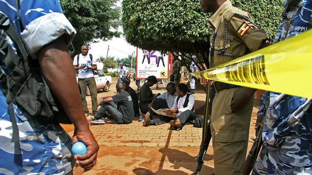 Des journalistes ougandais font un sit-in devant les locaux du Red Pepper et du Daily Monitor, le 28 mai 2013 à Kampala [Isaac Kasamani / AFP]