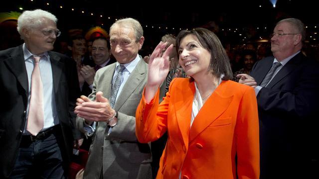 """Le maire de Paris socialiste Bertrand Delanoë (2e g) et son """"héritière"""" Anne Hidalgo le 28 mai 2013 à Paris [Joel Saget / AFP]"""