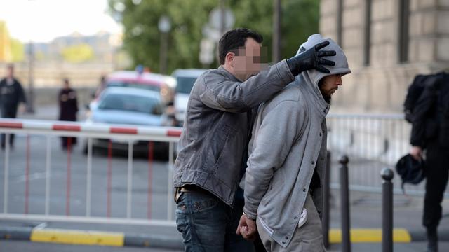 L' homme  arrêté dans les Yvelines à son arrivée le 29 mai 2013 à la BRI à Paris [Eric Feferberg / AFP]
