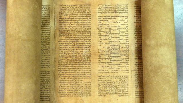 Photo transmise le 29 mai 2013 par l'université de Bologne du rouleau de la plus vieille Torah du monde [ / Université de Boogne/AFP]