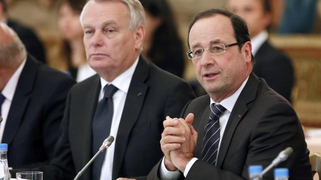 """Jean-Marc Ayrault et François Hollande le 29 mai 2013 lors d'un """"séminaire emploi"""" à l'Elysée. [Charles Platiau / AFP]"""