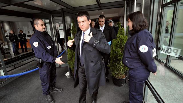 Manuel Valls quitte un comissariat à Bordeaux, le 30 mai 2013 [Mehdi Fedouach / AFP]