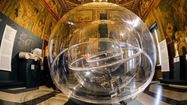 """Une reproduction du """"Planetarium"""" d'Archimède présentée dans l'exposition sur le grand inventeur grec, le 30 mai 2013 à Rome [Andreas Solaro / AFP]"""