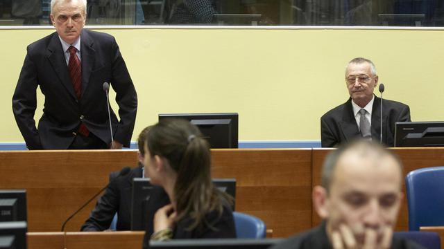 L'ex-chef du renseignement serbe Jovica Stanisic (g) et son adjoint Franko Simatovic, le 30 mai 2013 au TPIY à la Haye [Martijn Beekman / AFP]