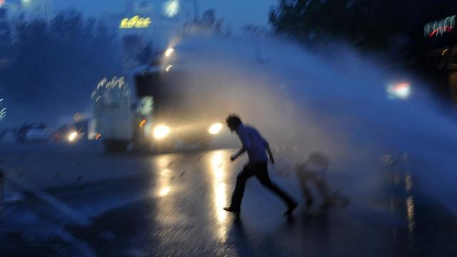 Des manifestants courent pour échapper à un canon à eau de la police anti-émeutes, le 31 mai 2013 à Istanbul [Bulent Kilic / AFP]