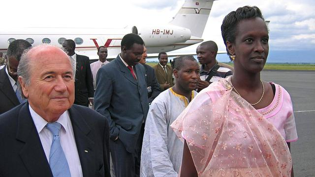 Le président de la Fifa Sepp Blatter et la Burundaise Lydia Nsekera, le 13 avril 2005 à Bujumbura [Esdras Ndikumana / AFP/Archives]