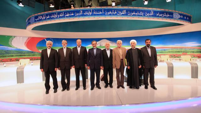 Les huit candidats à l'élection présidentielle iranienne posent après le premier débat télévisé de la campagne, le 31 mai 2013 à Téhéran [Mehdi Dehghan / AFP]