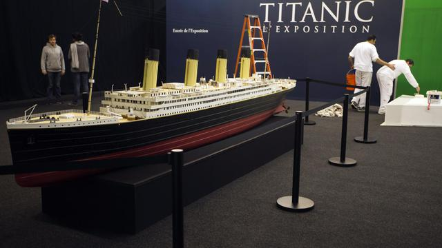 Dernières retouches de peinture avant l'ouverture de l'exposition Titanic, à Paris le 31 mai 2013 [Joel Saget / AFP]