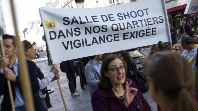 Manifestation de quelques dizaines de personnes à Paris contre l'ouverture d'une salle de shoot, le 1er juin 2013 [Fred Dufour / AFP]