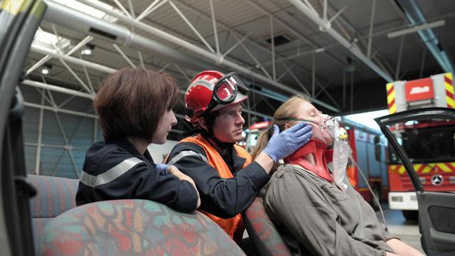 Un pompier pratique l'hypnose sur une victime lors d'un exercice, le 28 mai 2013 à Hagenau dans l'Est de la France [Frederick Florin / AFP]