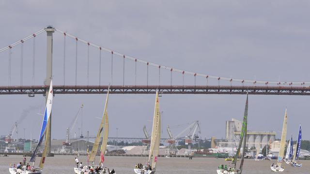 Les bateaux de la Solitaire du Figaro le 1er juin 2013 sous le pont d'Aquitaine, à Bordeaux [Mehdi Fedouach / AFP]