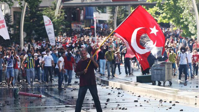 Un manifestant porte le drapeau turc sur lequel est imprimé le portrait d'Atatürk, à Ankara, le 1er juin 2013 [Adem Altan / AFP]