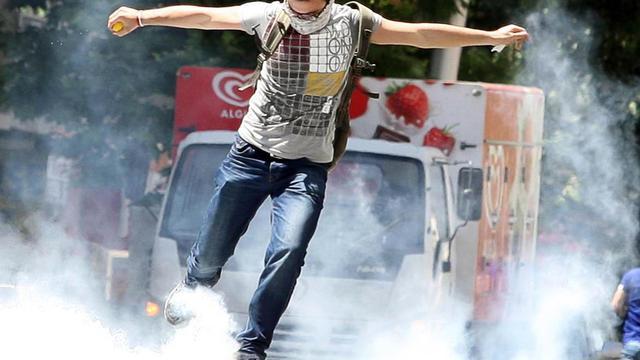 Un manifestant à Ankara, le 1er juin 2013 [Adem Altan / AFP]