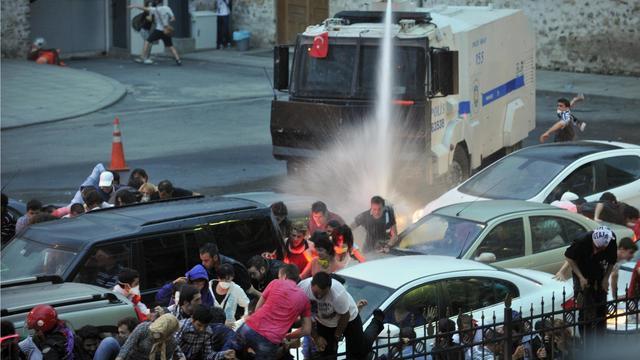 La police utilise un canon à eau pour disperser les manifestants, à Istanbul le 2 juin 2013 [Ozan Kose / AFP]