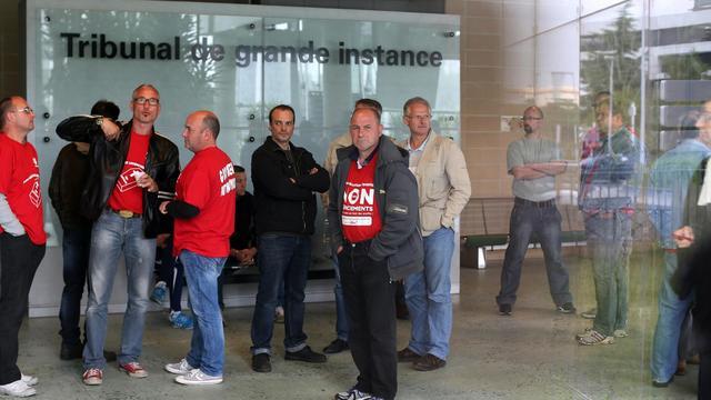Des salariés de l'usine Goodyear d'Amiens attendent devant le tribunal de grande instance de Nanterre, le 3 juin 2013 [Thomas Samson / AFP]
