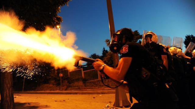 Un policier anti-émeutes tire une grenade lacrymogène lors de heurts avec des manifestants le 3 juin 2013 à Istanbul [Bulent Kilic / AFP]