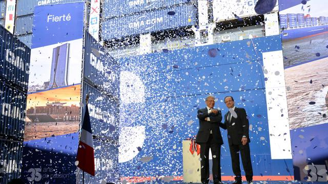 Le président François Hollande (d) et le président de CGA CGM, Jacques Saadé inaugurent le Jules Vernes, le plus grand porte-conteneurs au monde, le 4 juin 2013 à Marseille [Anne-Christine Poujoulat / AFP]