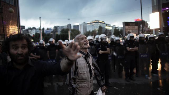 Un manifestant prsè d'un barrage de policiers à Ankara le 4 juin 2013 [Marco Longari / AFP]