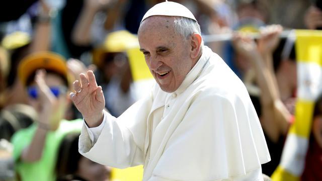 Le pape François salue la foule sur la place Saint Pierre, à Rome, en arrivant pour une audience générale, le 5 juin 2013 [Filippo Monteforte / AFP]