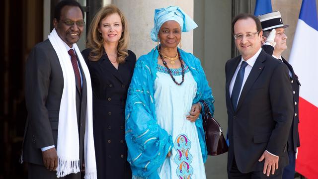 François Hollande (d) et Valérie Trierweiler reçoivent à l'Elysée le président du Mali, Dioncounda Traoré et sa femme, le 5 juin 2013 à Paris [Lionel Bonaventure / AFP]