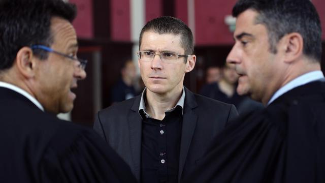 Franck Viallet (c), un policier jugé pour la mort de Moushin et Lakamy, le 6 juin 2013 au tribunal de Pontoise [Lionel Bonaventure / AFP]