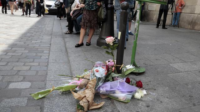 Des fleurs à l'endroit de l'agression du militant d'extrême-gauche Clément Méric, le 6 juin 2013 à Paris [Jacques Demarthon / AFP]