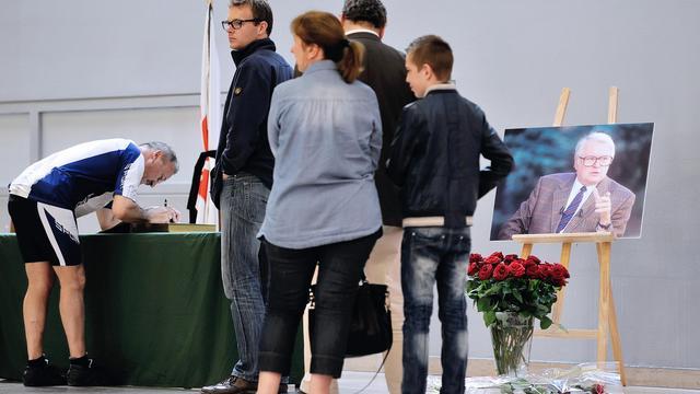Des Lillois signent le livre de condoléances en mémoire de Pierre Mauroy, le 8 juin 2013 à Lille [Philippe Huguen / AFP]