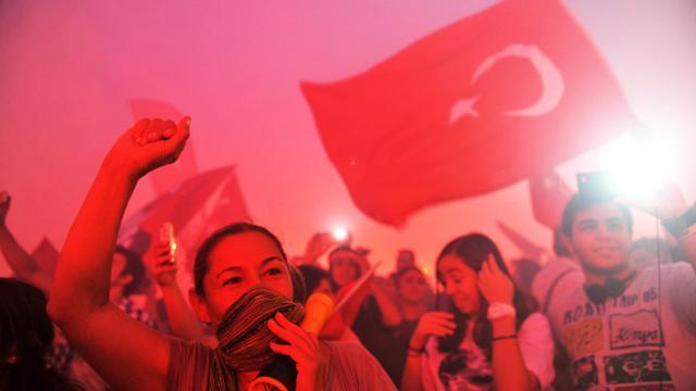 Des Turcs manifestent contre le gouvernement, à Izmir, le 8 juin 2013 [Ozan Kose / AFP]