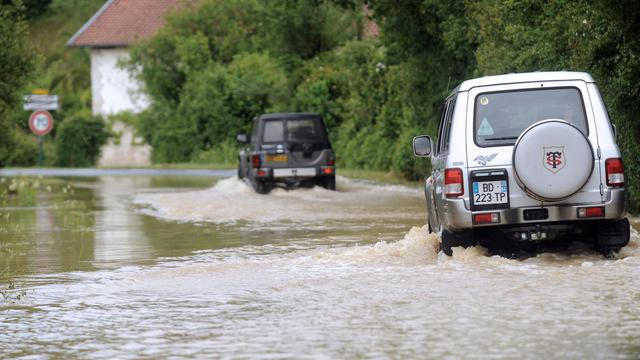 Des automobilistes dans des rues inondées à Saint-Pierre-d'Irube, dans le sud ouest, le 6 juin 2013 [Gaizka Iroz / AFP]