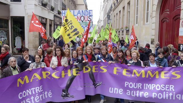 Des femmes manifestent contre l'austérité le 9 juin 2013 à Paris [Bertrand Guay / AFP]