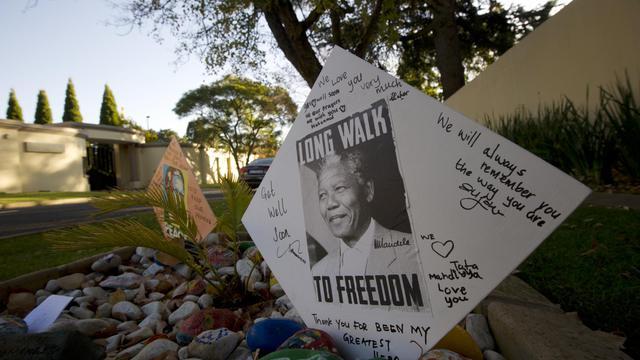 Des messages déposés devant le domicile de Mandela le 9 juin 2013 à Johannesbourg [Alexander Joe / AFP]