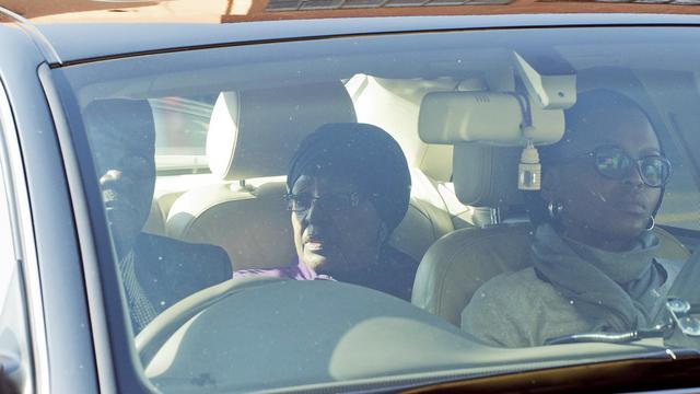 Les proches de Nelson Mandela, au centre ici son ex-femme Winnie Madikizela-Mandela, continuent de lui rendre visite à l'hôpital, le 10 juin 2013 à Pretoria [Alexander Joe / AFP]