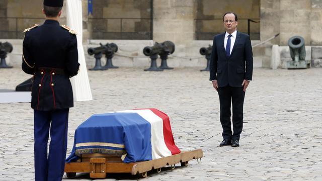 François Hollande rend hommage à Pierre Mauroy, devant son cerceuil, dans la cour des Invalides, le 11 juin 2013 [Charles Platiau / Pool/AFP]