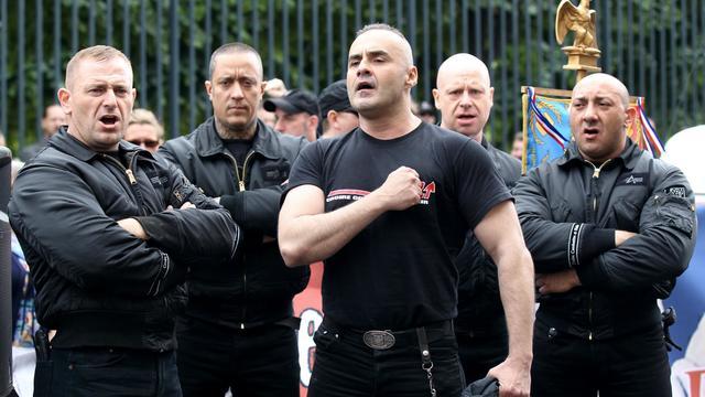 Des militants des Jeunesses nationalistes révolutionnaires, avec Serge Ayoub au centre, rassemblés à Paris, le 8 mai 2011 [Thomas Samson / AFP/Archives]
