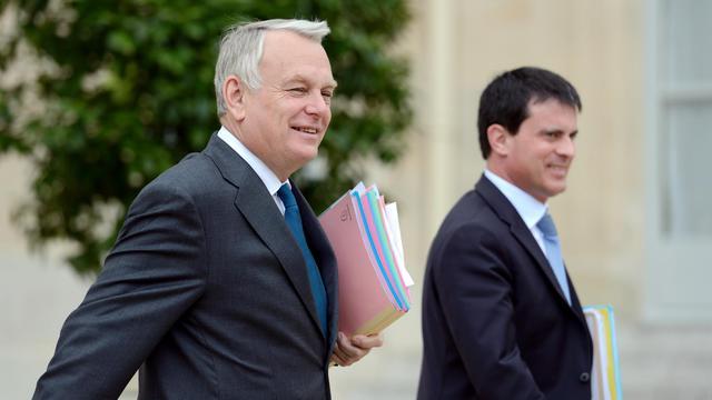 Le Premier ministre Jean-Marc Ayrault et le ministre de l'Intérieur Manuel Valls à leur sortie du Conseil des ministres, à l'Elysée, le 12 juin 2013 [Eric Feferberg / AFP]