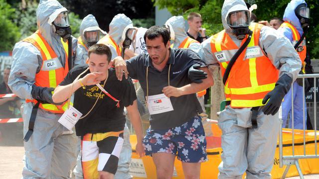 Des habitants évacués dans le cadre d'un exercice européen NRBCe (nucléaire, radiologique, bactériologique, chimique et explosif), le 13 juin 2013 à Lyon [Eric Feferberg / AFP]