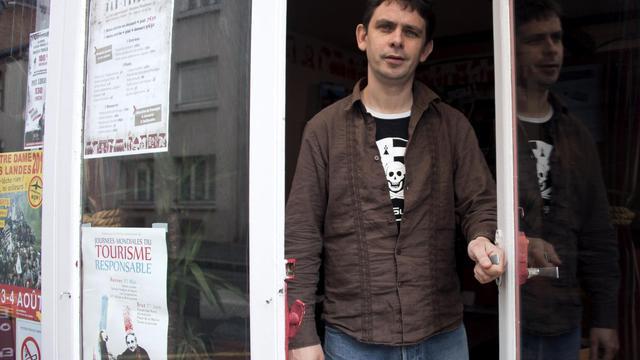 L'indépendantiste breton Gaël Roblin pose le 17 mai 2013 à Rennes dans son bar-bouquiniste [Damien Meyer / AFP]