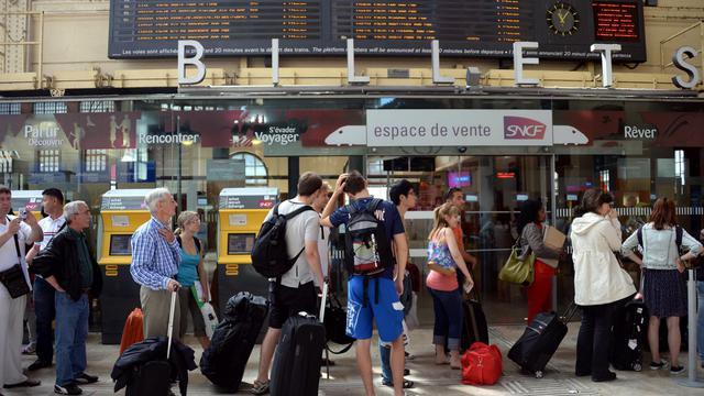Des passagers patientent dans le hall de la gare Saint-Charles, le 13 juin 2013 à Marseille [Anne-Christine Poujoulat / AFP]