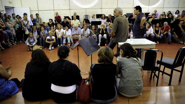 Des employés de la radiotélévision publique grecque tiennent une assemblée générale dans son siège à Athènes, le 13 juin 2013 [Michalis Karagiannis / AFP]