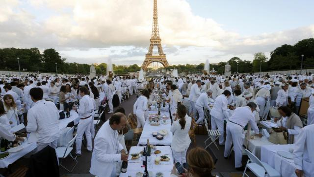 Les participants au dîner en blanc, le 13 juin 2013 au pied de la Tour Eiffel [Francois Guillot / AFP]