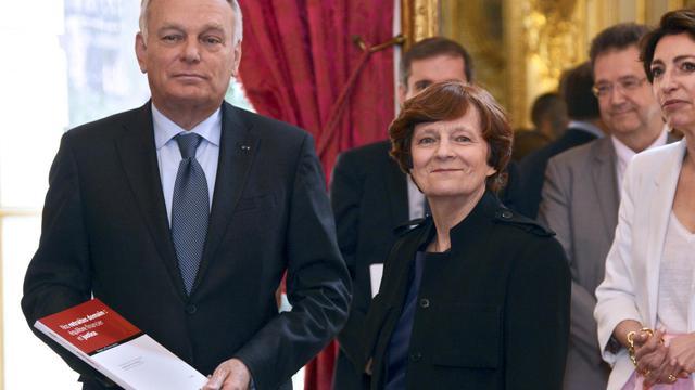 Le Premier ministre Jean-marc Ayrault et Yannick Moreau (c), présidente de la commission à l'origine d'un rapport sur les retraites présenté le 14 juin 2013