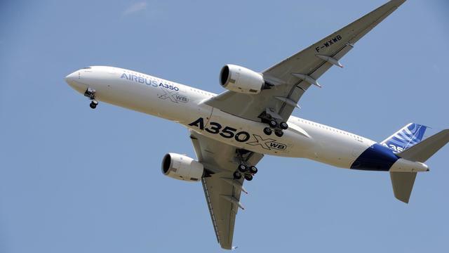 Le nouvel A350 d'Airbus survole l'aéroport de Toulouse-Blagnac avant d'atterrir au terme de son premier vol d'essai le 14 juin 2013