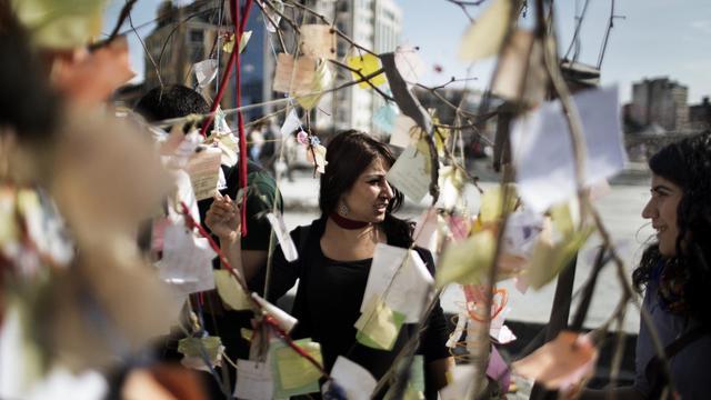 Des messages sont accrochés aux branches des arbres du parc Gezi d'Istanbul, symbole de la contestation, le 14 juin 2013 [Marco Longari / AFP]