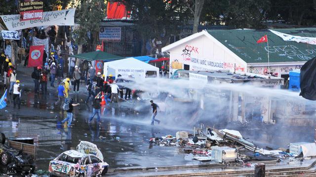 La police anti-émeutes disperse les manifestants réunis dans le parc Gezi d'Istanbul le 15 juin 2013 [Ozan Kose / AFP]